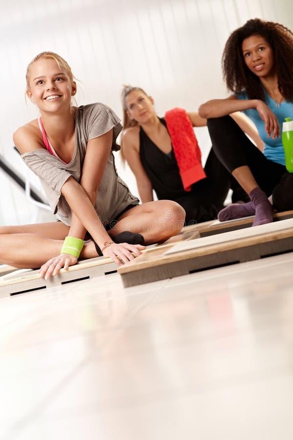 Junge Frauen, die nach Training stillstehen lizenzfreie stockbilder