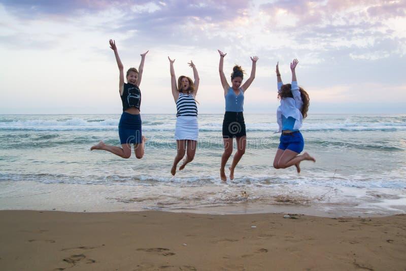 Junge Frauen, die Sommer genießen lizenzfreie stockbilder
