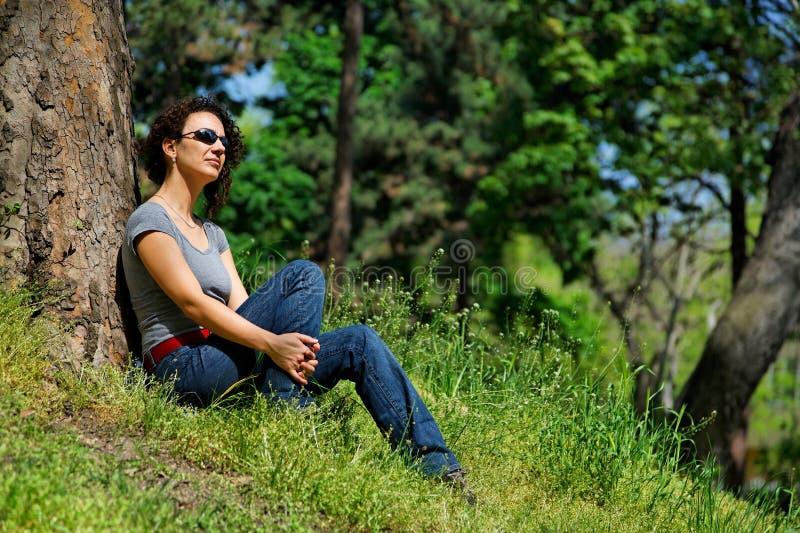 Junge Frauen entspannt sich im Grün stockfoto