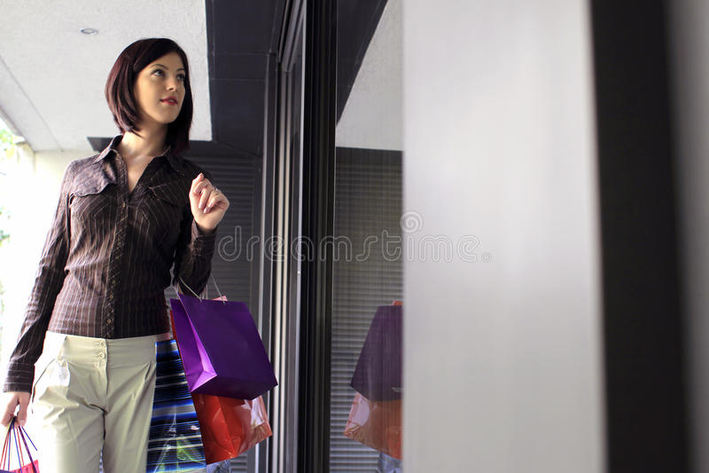 Junge Frauen-Fenster-Einkaufen lizenzfreies stockbild