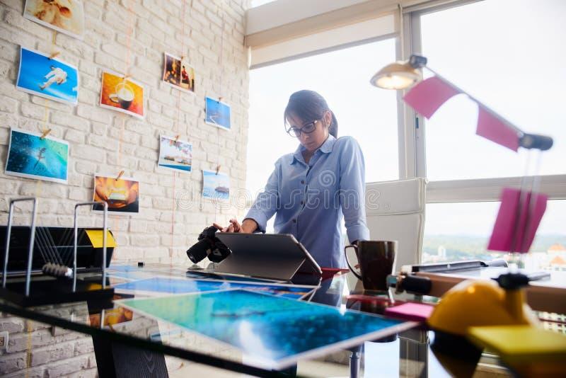Junge Frauen-Funktion als Berufsfotograf In Studio stockbild