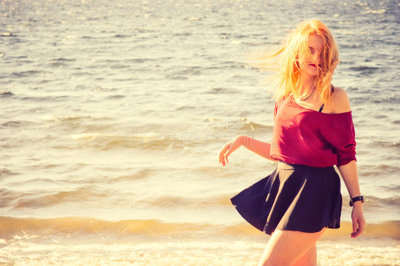 Junge Frauen-glückliche gehende Lebensstil-Mode im Freien stockbild