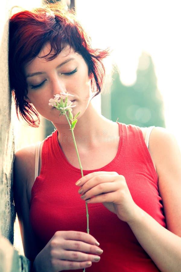 Junge Frauen-Holding-Blume lizenzfreies stockbild
