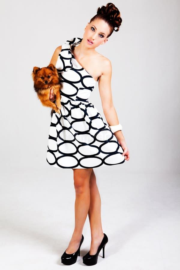 Junge Frauen-Holding-Hund lizenzfreie stockfotos
