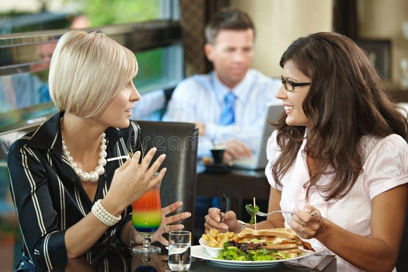 Junge Frauen im Kaffee stockbilder