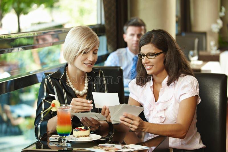 Junge Frauen im Kaffee lizenzfreies stockbild