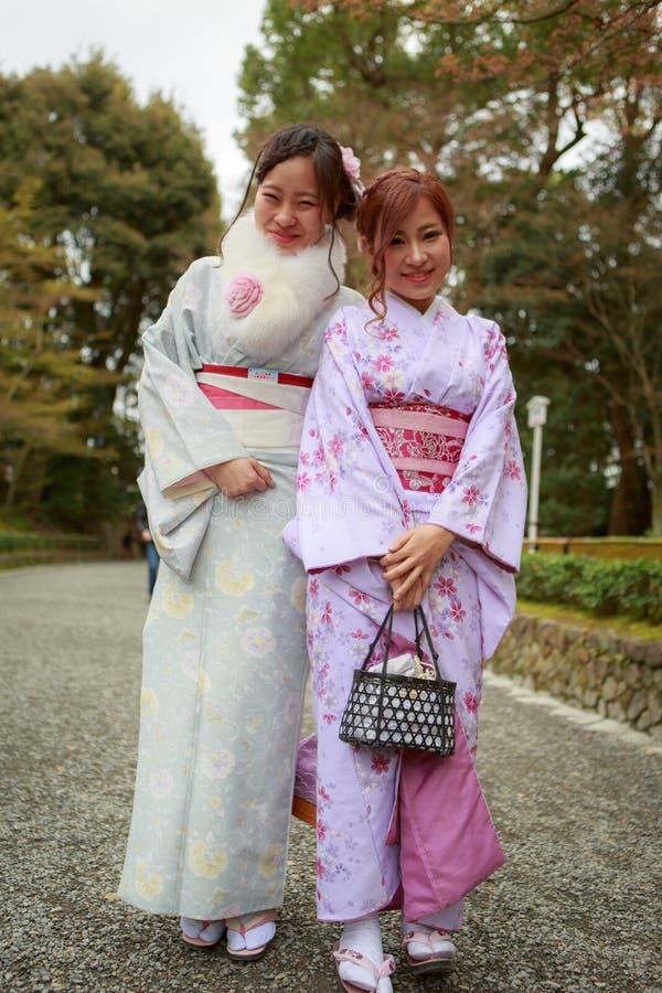 Junge Frauen im Kimonokleid lizenzfreies stockfoto