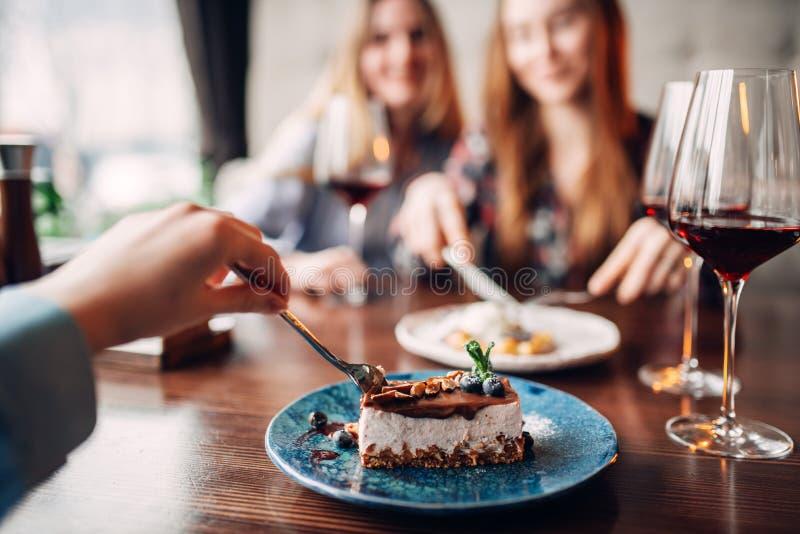 Junge Frauen isst süße Kuchen im Restaurant lizenzfreies stockbild