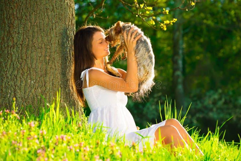 Junge Frauen mit Hund lizenzfreie stockbilder