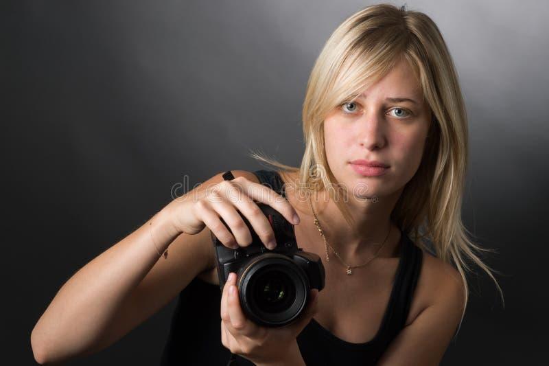 Junge Frauen mit Kamera lizenzfreie stockfotos