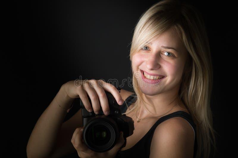 Junge Frauen mit Kamera stockfoto
