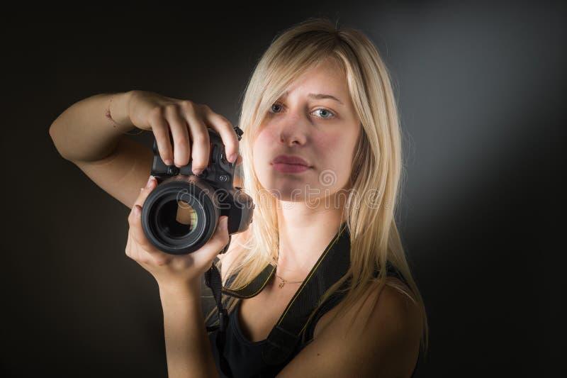 Junge Frauen mit Kamera stockbild