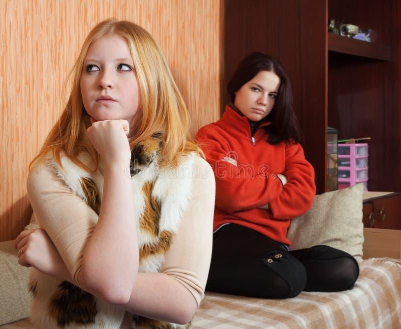 Junge Frauen nach Streit stockfotografie