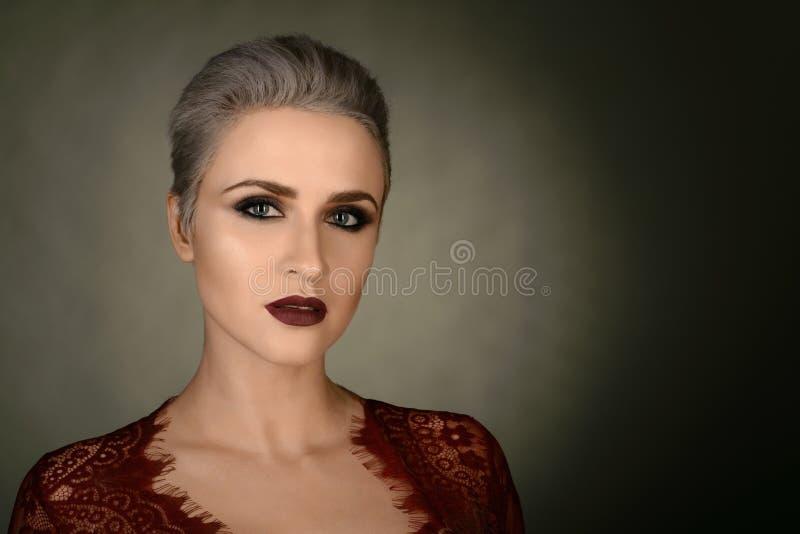 Junge Frauen-Porträt Gesunde saubere Haut und perfektes Make-up auf nettem Gesicht des weißen Baumusters mit dem kurzen Haar Gesu lizenzfreie stockfotos