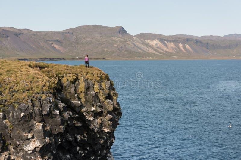Junge Frauen-Reisender bei Island lizenzfreie stockfotos