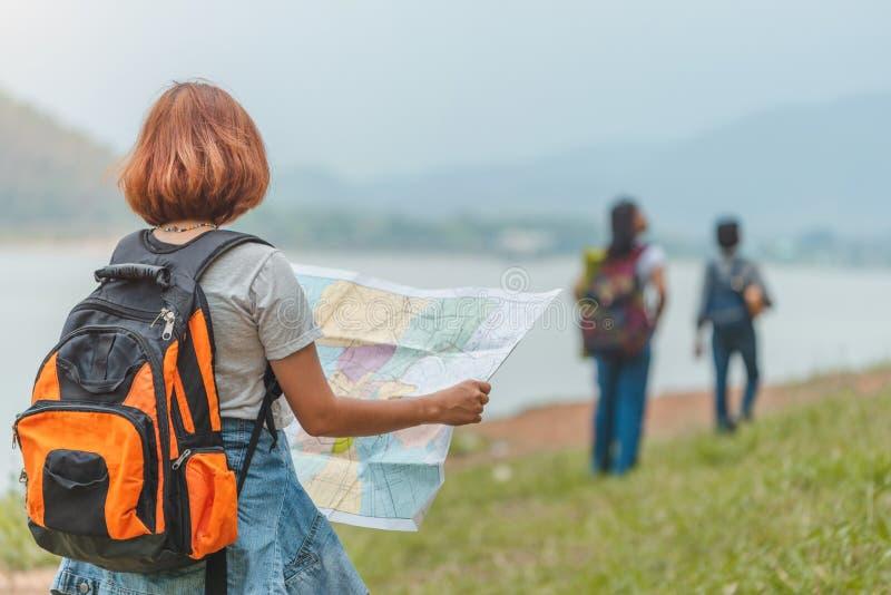 Junge Frauen Reisender mit Karte stockfoto