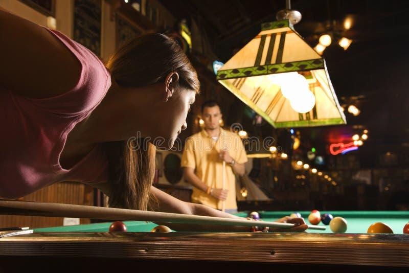 Junge Frauen-Schießen-Pool stockbild
