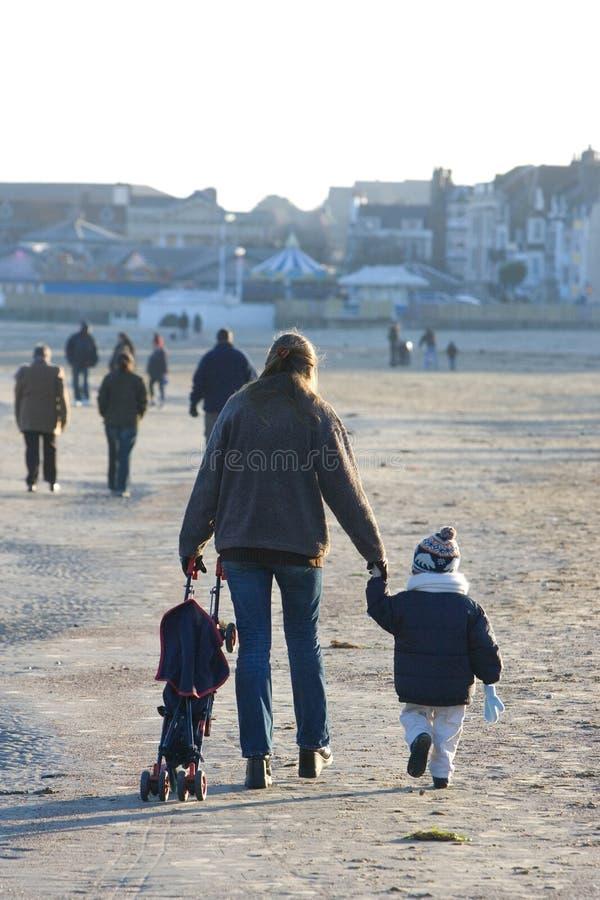 Junge Frauen-und Kleinkind-Sohn auf Strand im Winter stockfotografie