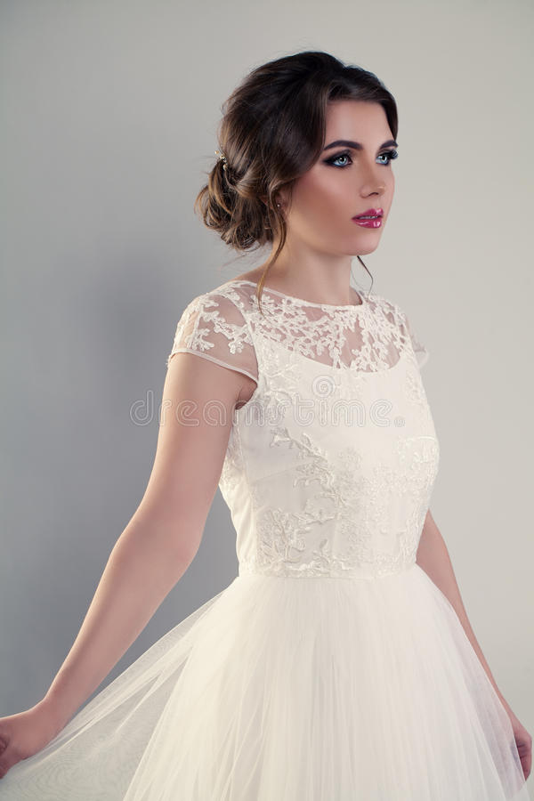 Junge Frauen-Verlobt-tragendes weißes Hochzeits-Kleid lizenzfreie stockfotos