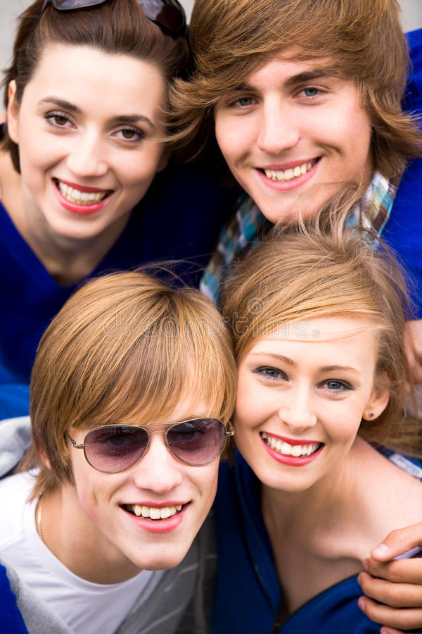 Junge Freunde lizenzfreie stockfotografie