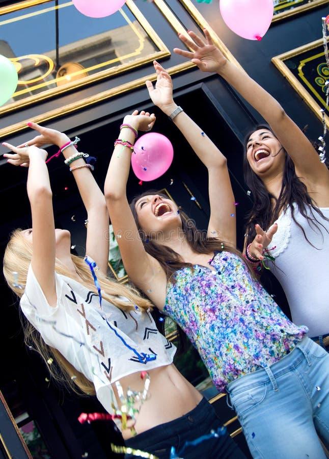 Junge Freunde, die eine Partei haben stockfotos
