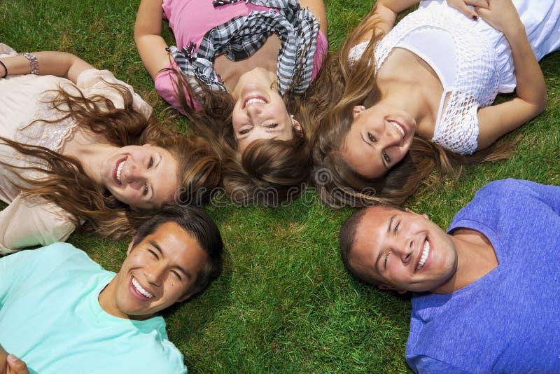 Junge Freunde, die Spaß haben lizenzfreie stockbilder