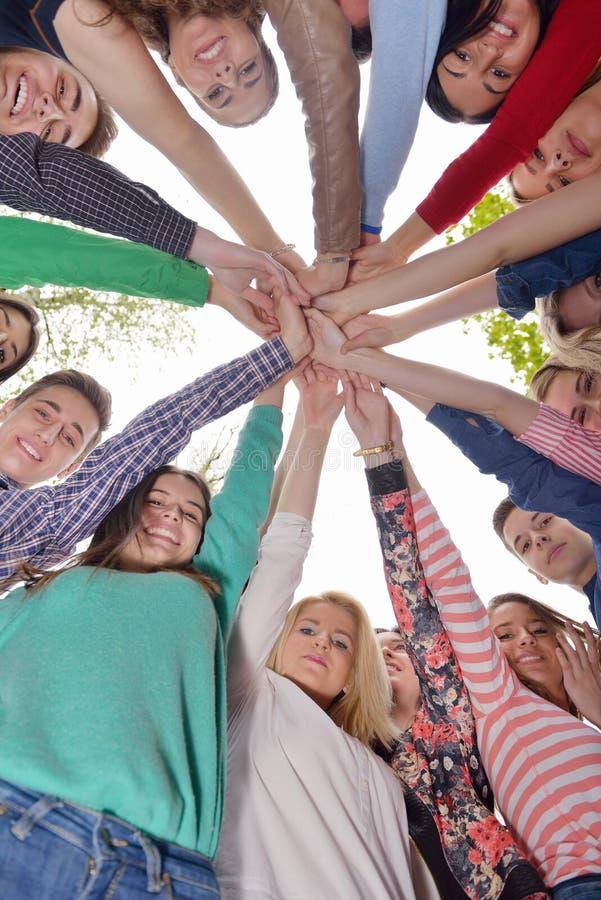 Junge Freunde, die zusammen im Park im Freien bleiben lizenzfreies stockfoto