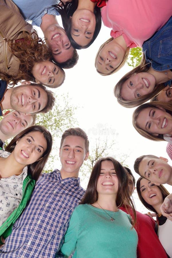 Junge Freunde, die zusammen im Park im Freien bleiben stockbilder