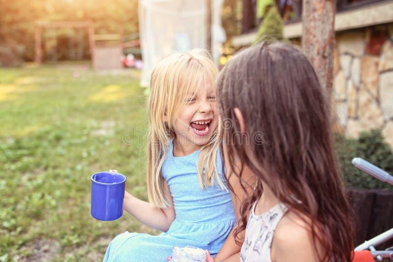 Junge Freunde geben Zeitaußenseite aus lizenzfreie stockbilder