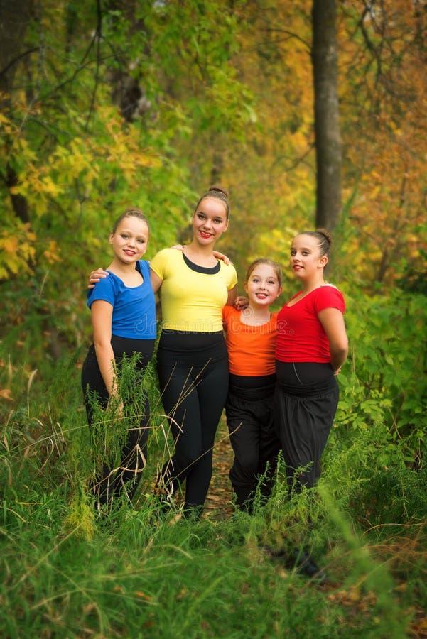 Junge Freundinnen im Wald im Herbst lizenzfreie stockfotos