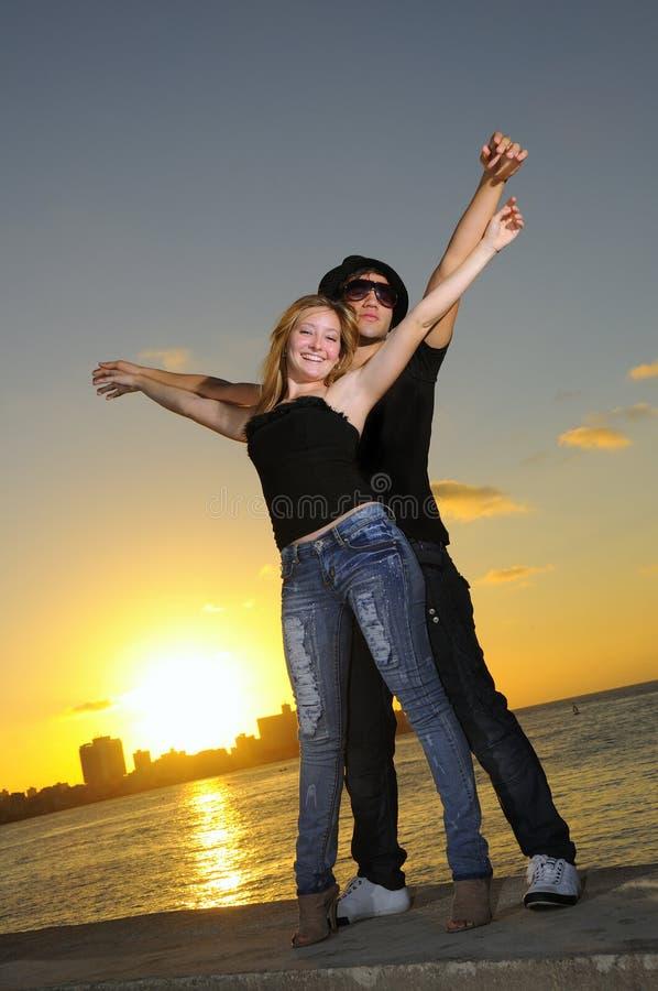 Junge freundliche Paare, die zusammen stehen stockbilder
