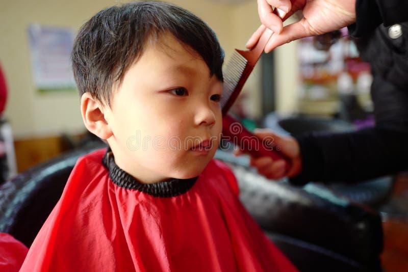 Junge am Friseursalon stockfotos