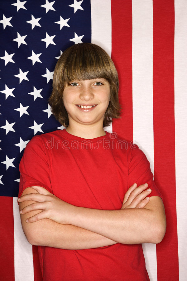 Junge gegen amerikanische Flagge. stockfotos