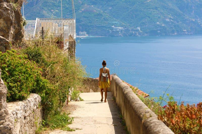 Junge gehende Wandererfrau der hinteren Ansicht der Weg, der alon laufen lässt stockbilder