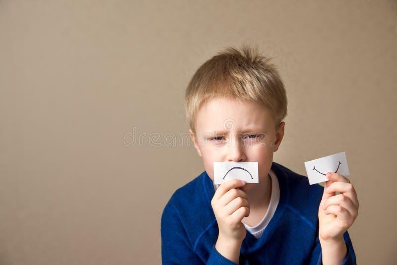 Junge geht zur negativen Stimmung lizenzfreies stockfoto