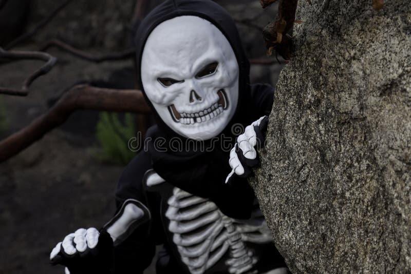 Junge gekleidet als Skelett, das heraus kriecht lizenzfreie stockfotografie
