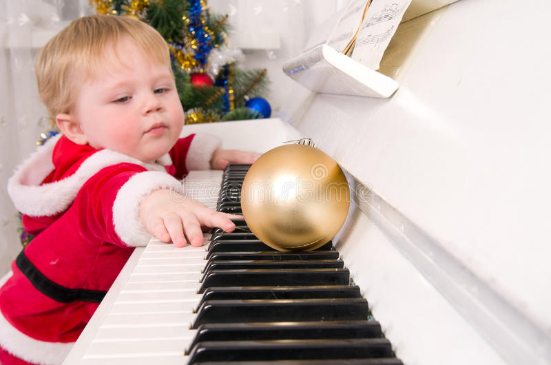 Junge gekleidet als Weihnachtsmann lizenzfreie stockfotos