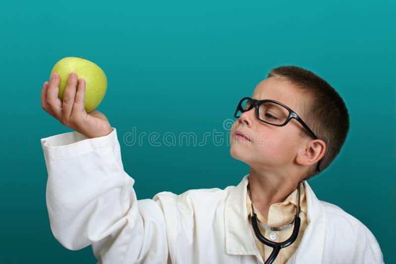 Junge gekleidet herauf als Doktor lizenzfreie stockbilder