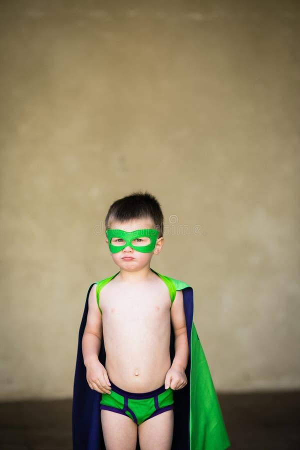Junge gekleidet herauf als Superhelden stockbild