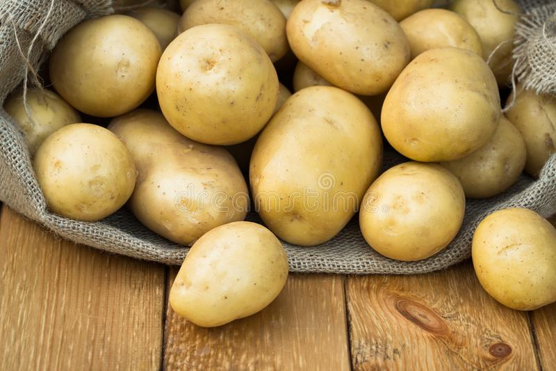 Junge gelbe Kartoffeln an Bord stockfotografie