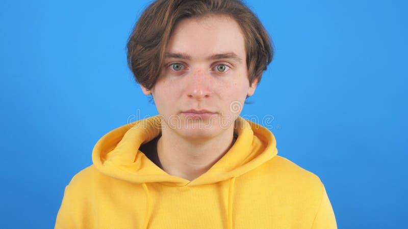 Junge Junge in gelbem Hoodie mit Kamera stockbilder
