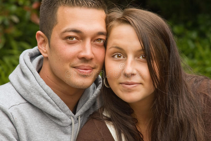 Junge gemischte Paare stockfoto