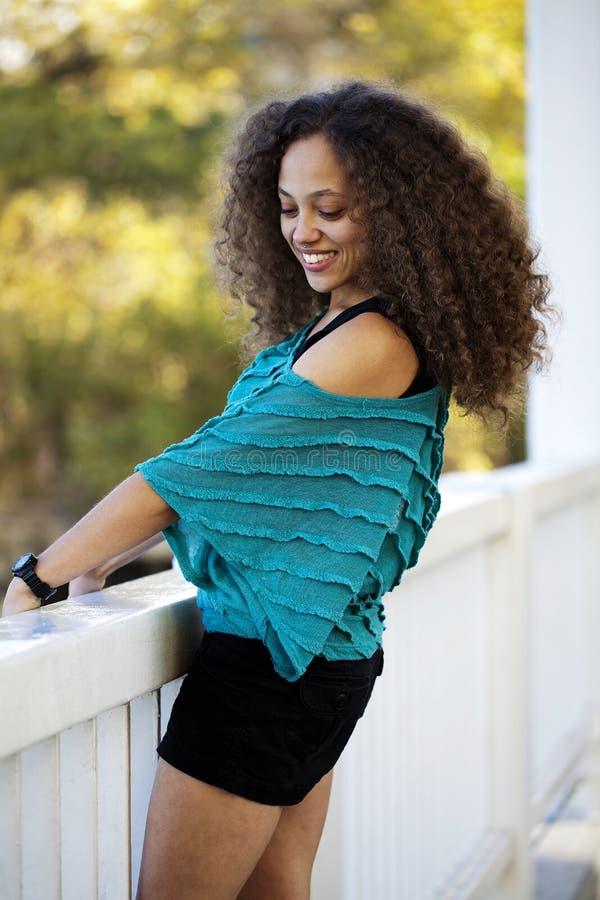 Junge gemischte schwarze Frauen-blaue Spitze draußen lizenzfreie stockfotos