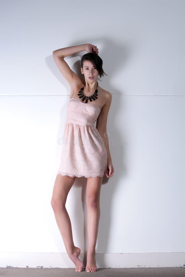 Junge gemischtrassige Frau in altmodischem Kleid stockbild