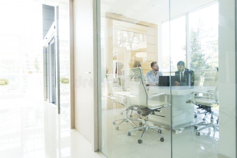 Junge gemischtrassige Leute im Büro stockfoto