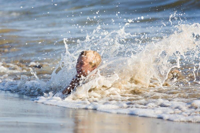 Junge genießen Meer spinnen am sandigen Strand stockfoto