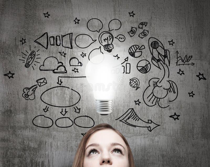 Junge Geschäftsdame sucht nach neuen Geschäftsideen stock abbildung