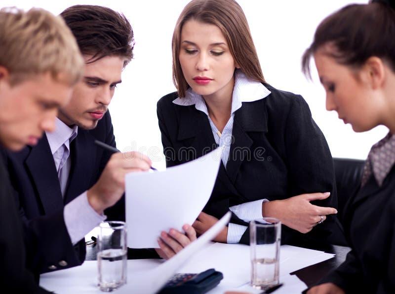 Junge Geschäftsfachleute, die ernsthaft behandeln stockfotos