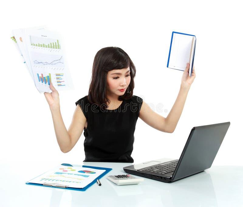 Junge Geschäftsfrau beschäftigt mit Laptop stockbild
