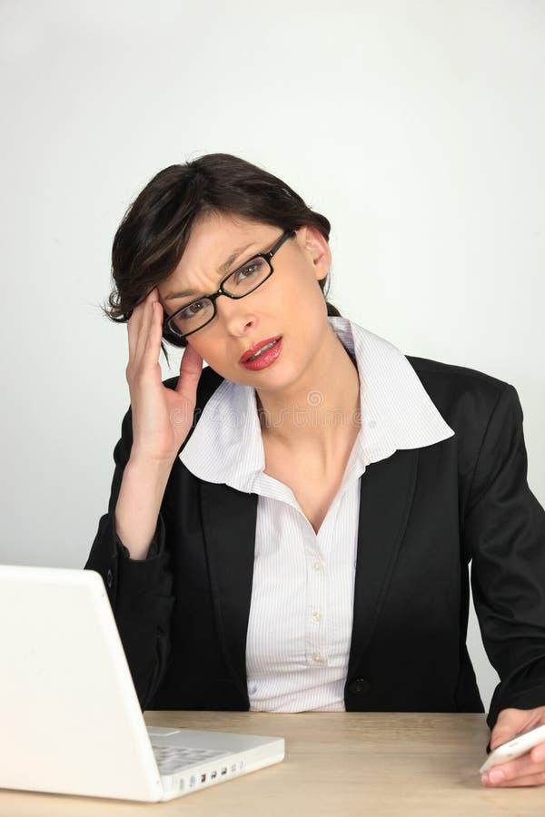 Junge Geschäftsfrau besorgt stockbild